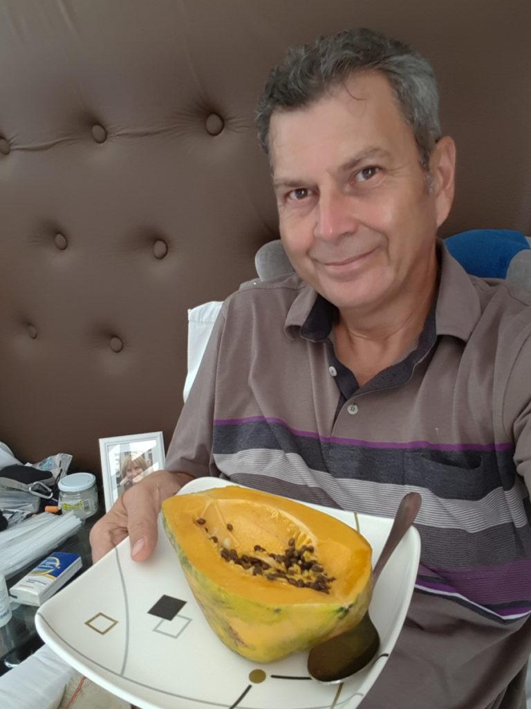 Świeża papaja jedzona z pestkami