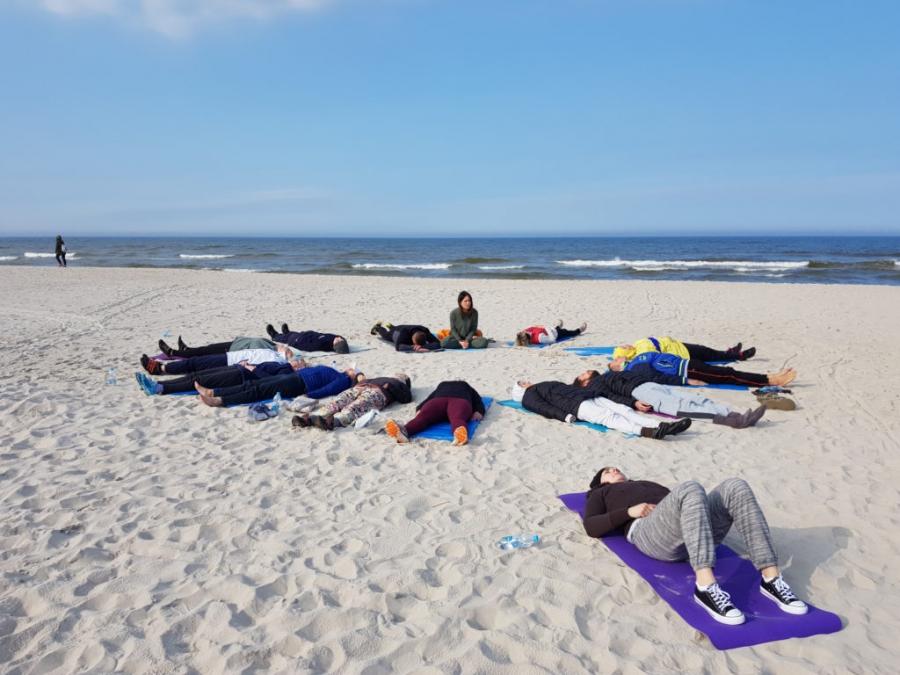 Zajęcia jogi na plaży