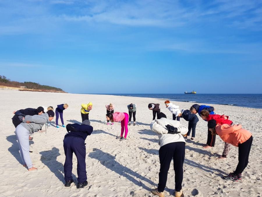 Poranna gimnastyka na plaży
