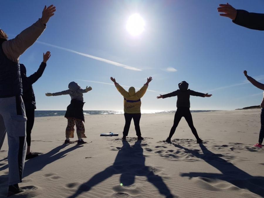 Poranna joga na plaży